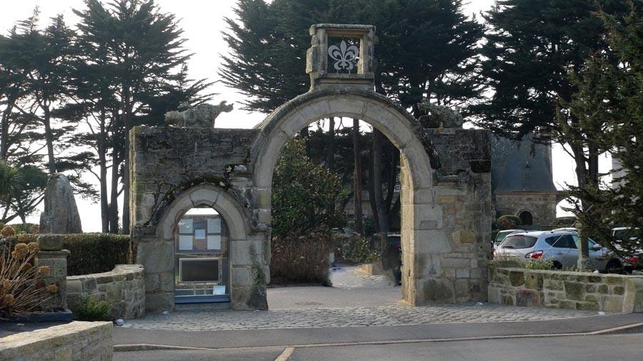 L'imposant porche du XIII ème siècle reconstitué
