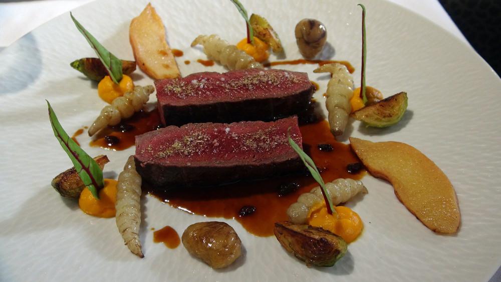 Filet de chevreuil de chasse française rôti au poivre de cassis, coing aux épices douces, potimarron, crosnes, jus à l'épine vinette