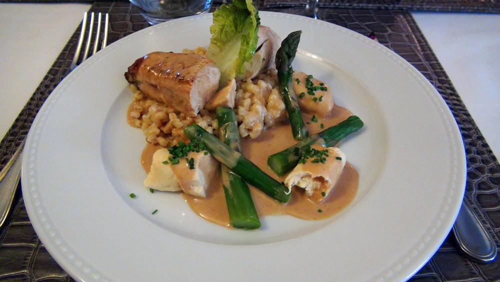 Suprême de volaille, sauce foie gras, blésotto, asperges vertes