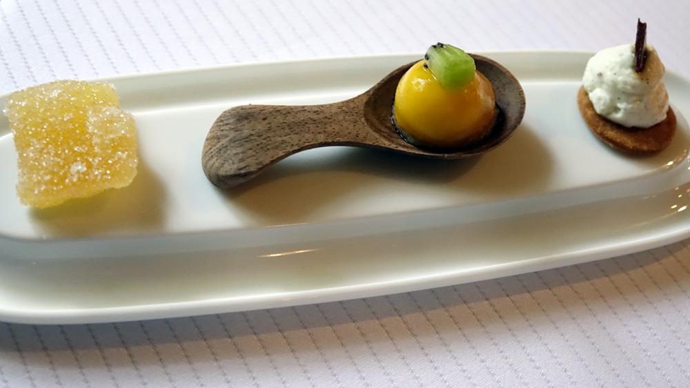 Mignardises : Pâte de fruit à l'ananas, Dôme aux fruits de la passion, Sablé vanillé, mousse de fromage blanc et tuile au chocolat