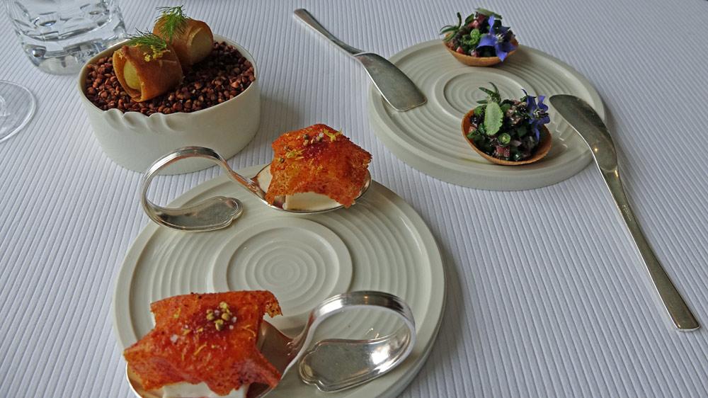 Amuse-bouche : Pomme de terre et graisse salée - Yaourt de tomates, pollen de fleurs - Tartelette légumière, haricot et algues - Pomme de terre soufflé, jus d'huître