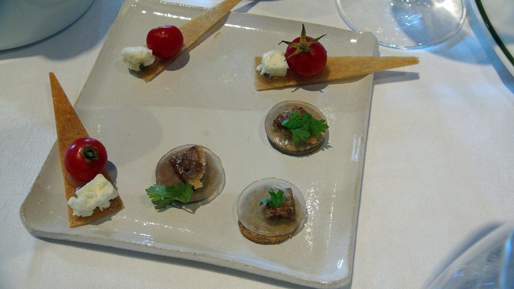 Avec l'apéritif : Croustillant sarrasin et pied de cochon - Toast avec gelée de tomate et feta