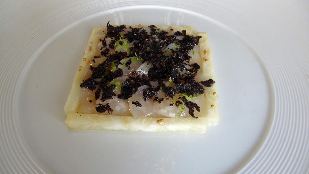 Céviche de Saint-Jacques de plongée, céleri-rave, crème de citron et râpée de truffe.