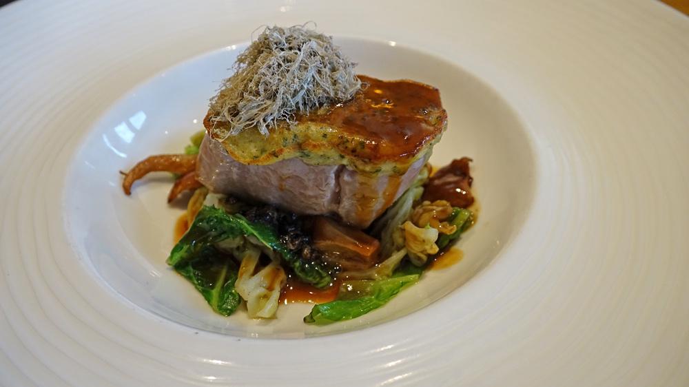 Picata de pièce de veau rôtie aux herbes fraîches, chou poêlé à la vinaigrette de truffe, jus de veau au Madère