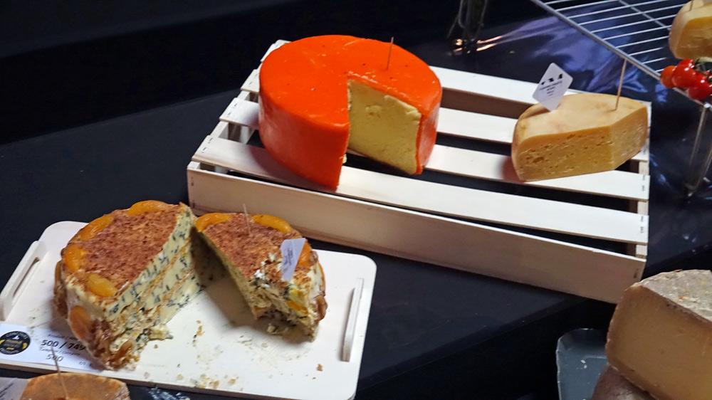 Quelques-uns des fromages proposés ... dont cet étrange fromage à la croûte rouge
