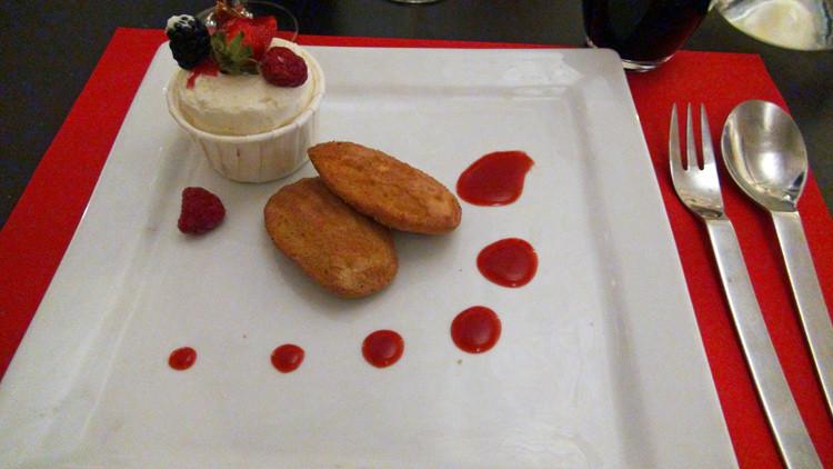 Soufflé glacé de nougat, madeleines cuites minute