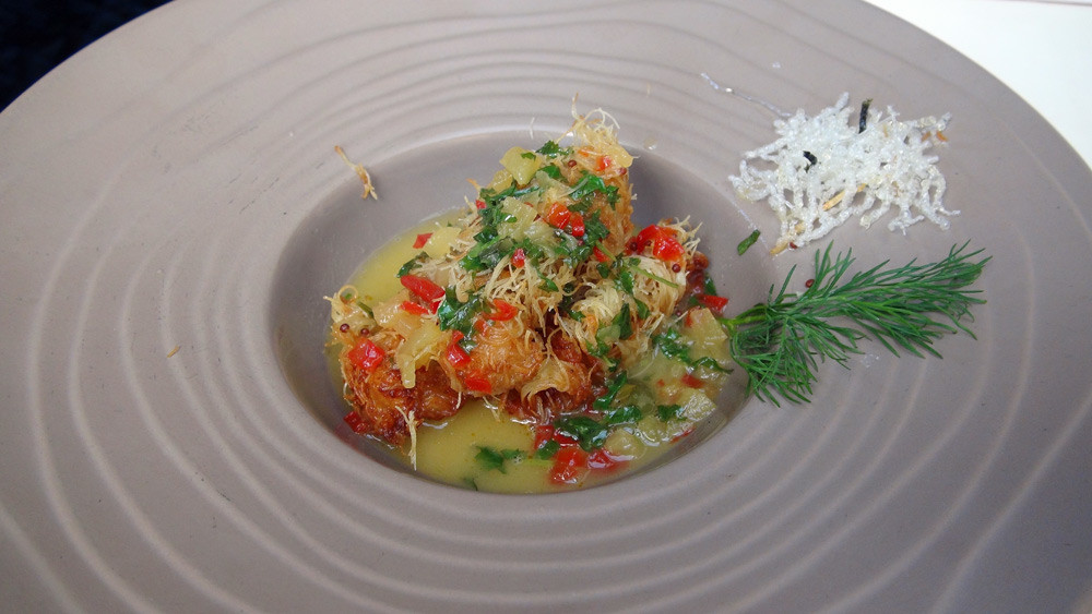 Langoustines en croustillant de cheveux d'ange, minestrone de légumes, jus Thaï