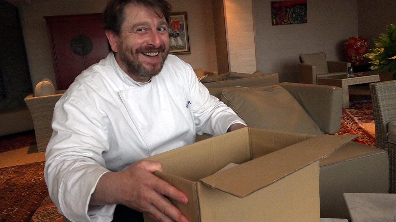 Olivier Bellin découvre nos cadeaux gourmands de JP Cloteau