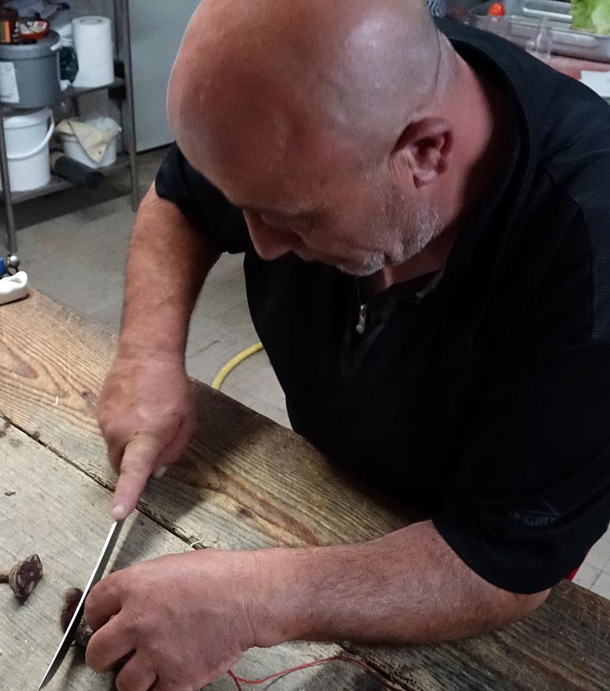 Jean-Félix à la coupe de son saucisson ... en tranches de 2 à 3 mm SVP !