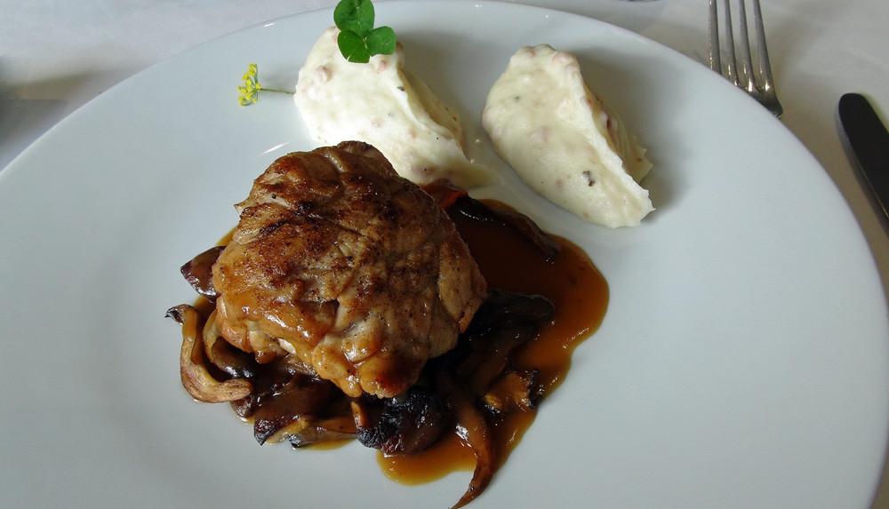 Ris de veau doré en casserole, jus de veau à la réglisse,  purée de pommes de terre Uto à l'andouille bretonne