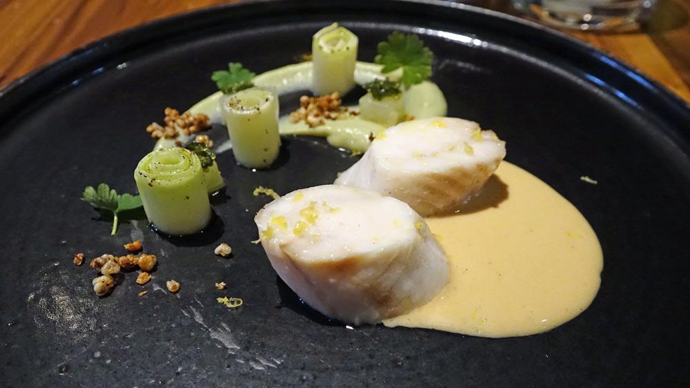 Brochet de Loire, déclinaison autour du chou, groseille de mer, sauce Dugléré