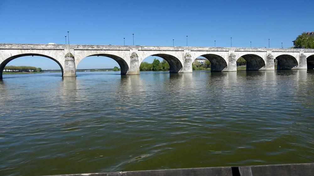 Le pont de Saumur vu de la Loire