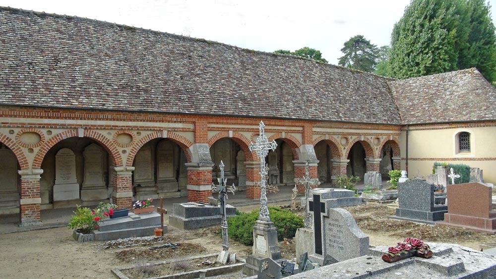 Quelques tombes et une des deux galeries couvertes (celle de gauche en entrant)