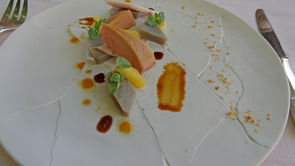 Foie gras de canard, de l'anguille fumée et de l'artichaut