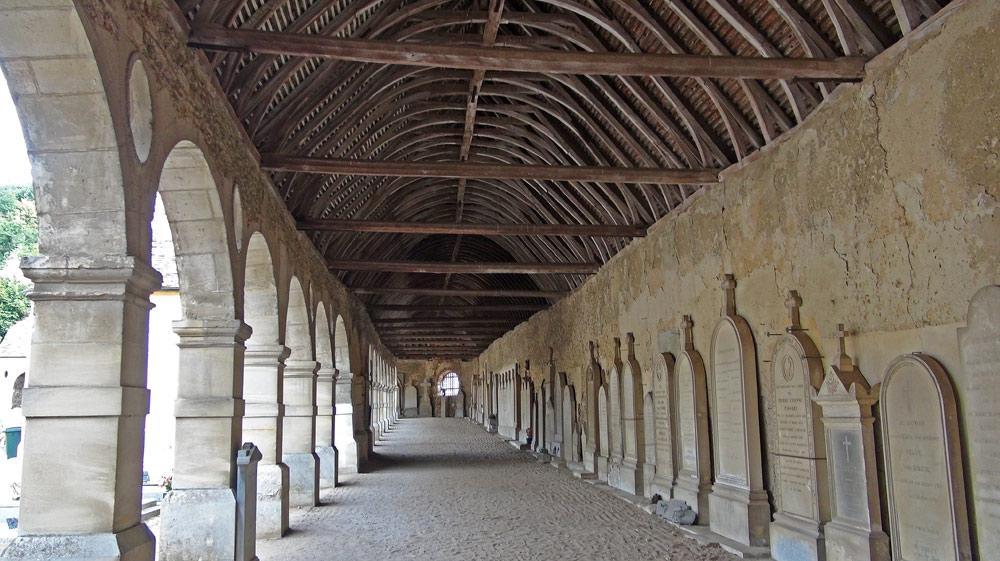 Galerie couverte et ses chapelles familiales en saillie
