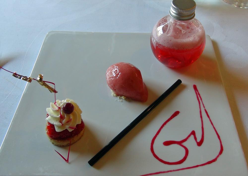 Avant-dessert : Sablé breton, fraise de Plougastel et chantilly, sorbet fraise et limonade fraise