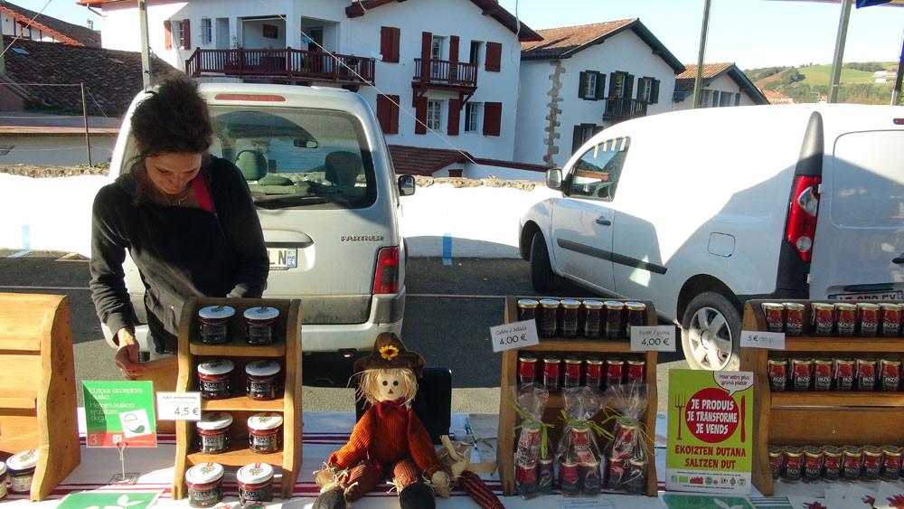 Le stand d'Olaïzola Pampi  sur le marché de Sare du vendredi après-midi