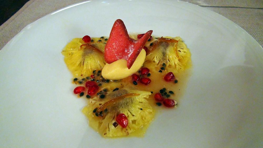 Ravioles d'ananas, sorbet aux fruits de la passion, sauce aux fruits de passion, grenade et clémentine