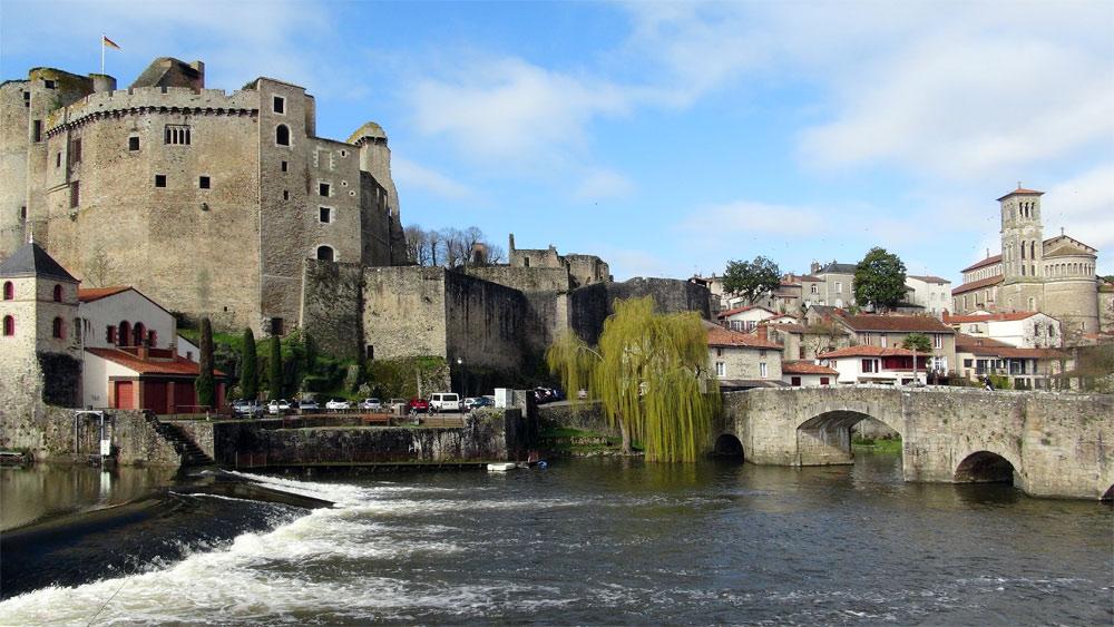 Trois monuments importants de Clisson : Le Château - Le pont de la Vallée - L'église Notre-Dame