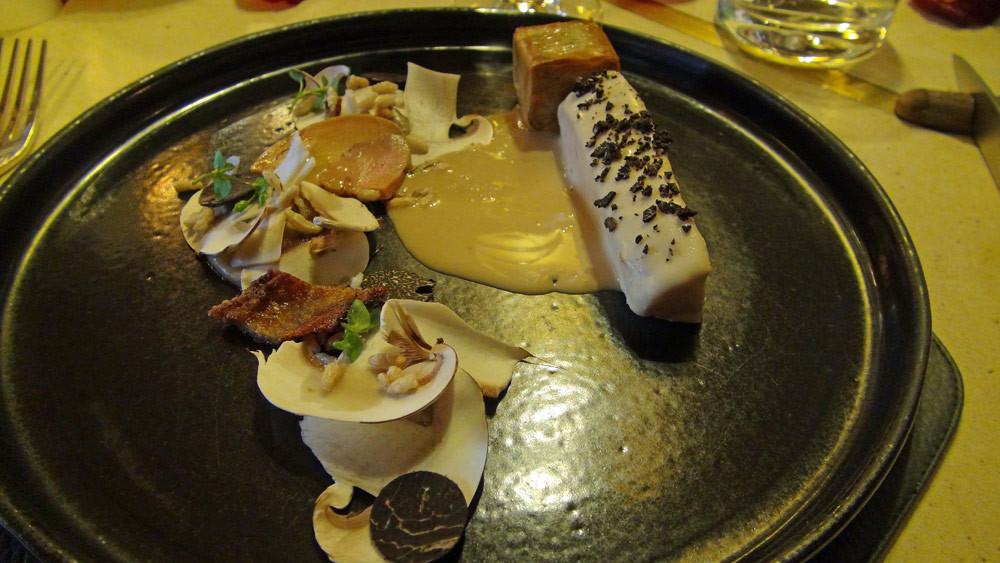 Géline de Toura¡ne Albufera*, foie gras, truffe et riz soufflé, champignons à cru