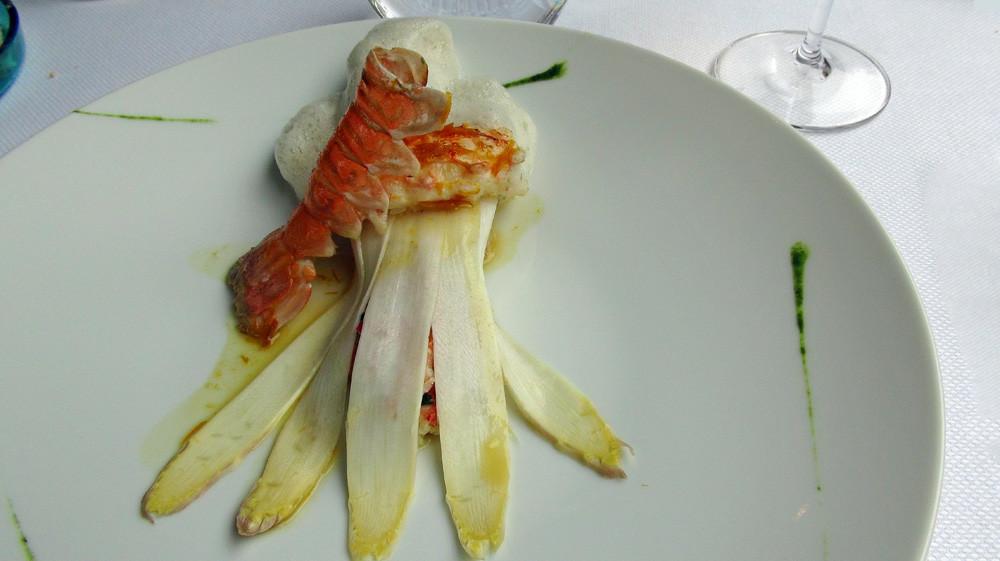 Langoustine rôtie, asperges blanches marinée et crue, émulsion de finger-root