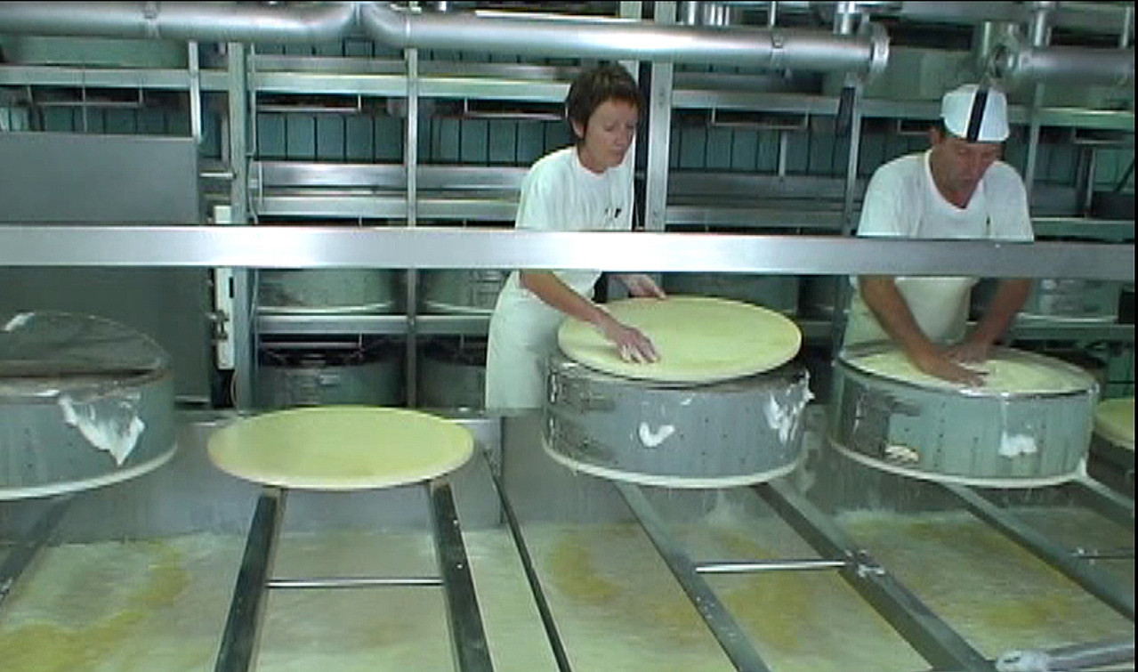 Chantal & Gilles Bobillier en pleine fabrication des meules de Comté (Septembre 2007)