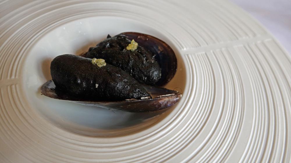 Amuse-bouche : Moule marinière en tempura et citron caviar