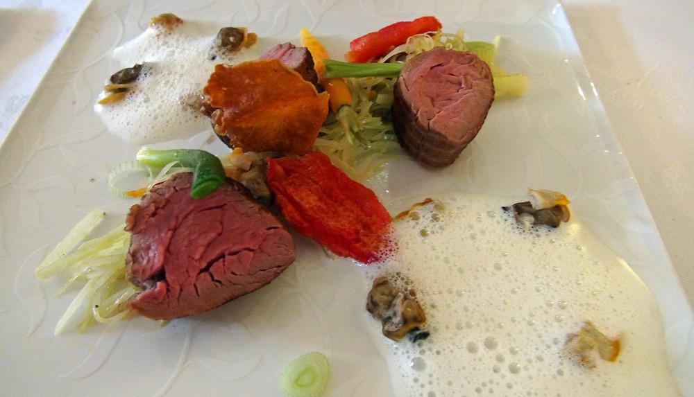 """Le veau : le filet """"mignon"""" cuisiné en cocotte, garniture de coquillages au safran et chou pomme"""
