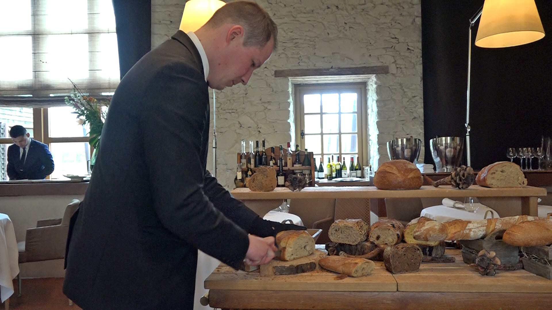Mathieu à la découpe du pain