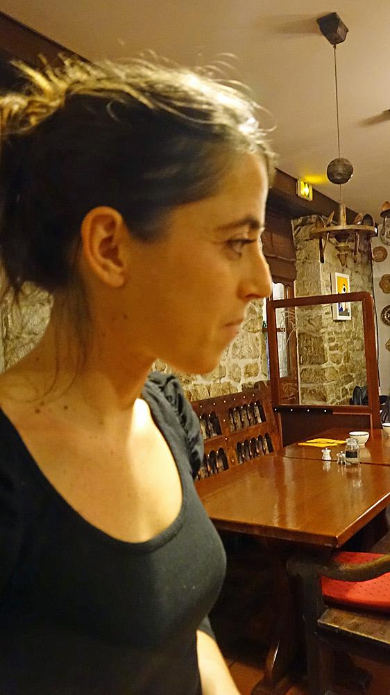 """Myriam Francès, très intéressée par le """"Miel d'Ouessant"""" de l'abeille noire"""