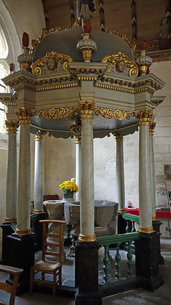 Fonts baptismaux et baldaquin de bois à 8 colonnes lisses