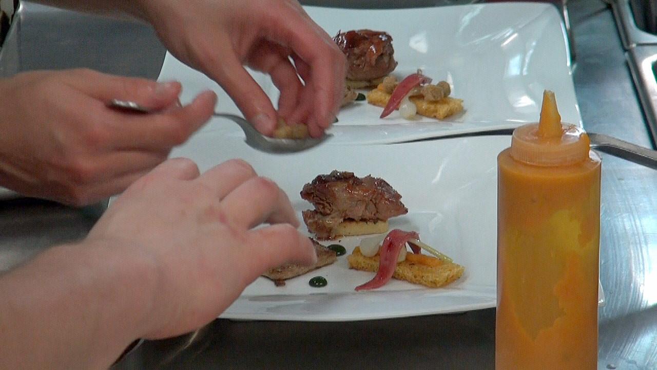 Finition en cuisine du plat d'agneau