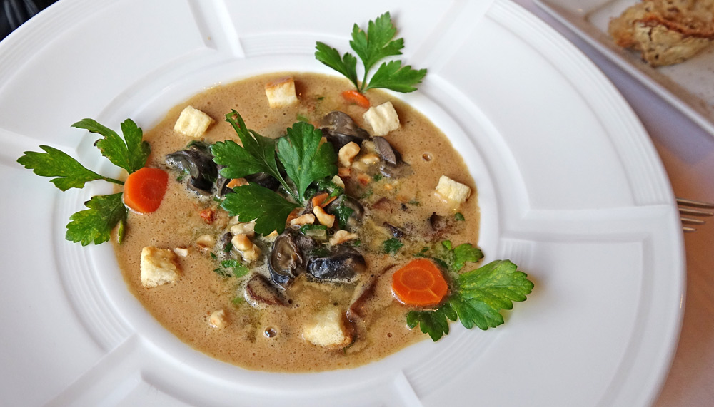 Escargots de Bourgogne éclats de champignons Blonds de Paris à la crème de Vouvray et  Parfum de Noisettes grillées