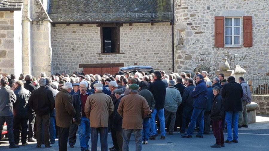 Le parvis de l'église Saint-Médard de Mourjou - 22 février 2011