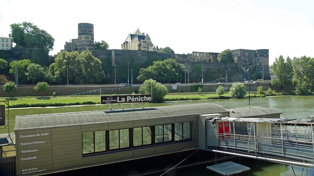 Vue sur le château ... et la péniche