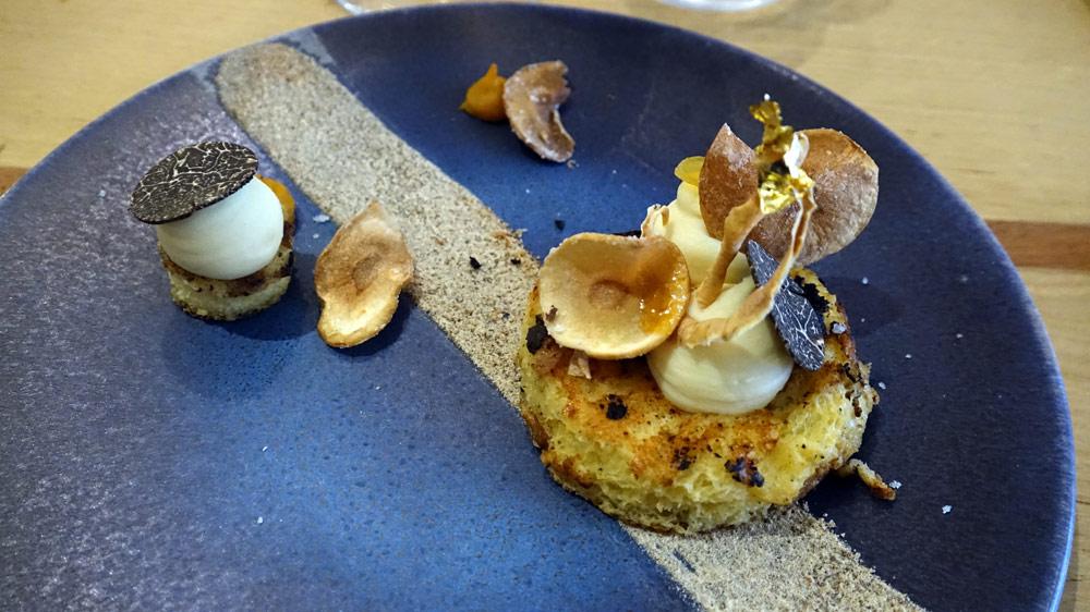 Pain perdu à la truffe mélano de Touraine, crème de panais, chips de panais, poudre de pain et crème à l'orange légèrement amère