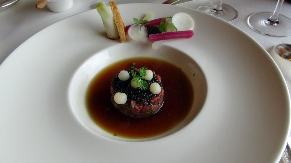 Tartare de bœuf, caviar d'Aquitaine en consommé froid de pot au feu