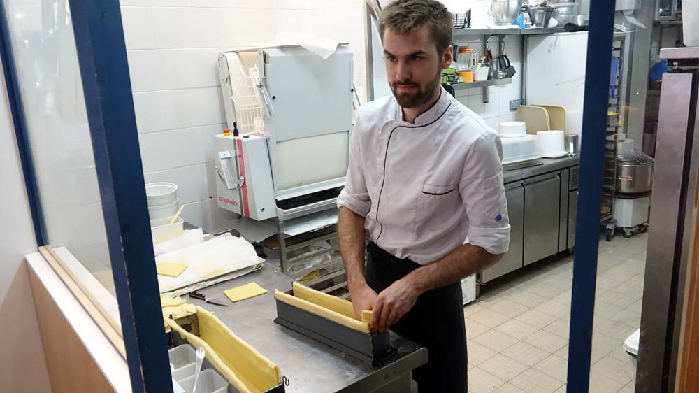 Florian Lemasson en plein montage d'un Pâté en croûte