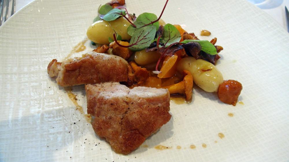 Ris de veau, melon confit, girolles, pommes de terre de Noirmoutier et chips de vitelotte