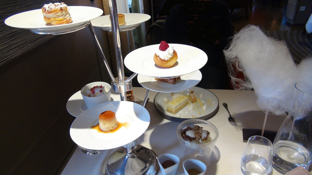 Desserts en tapas : Paris-Brest - Tarte Tatin - Baba au rhum – Millefeuille - Crème caramel - Île flottante - Poire Belle-Hélène