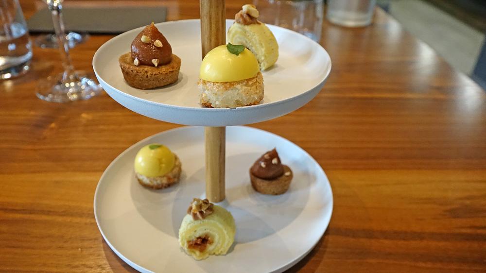 Mignardises : Croustillant noix de coco et son crémeux mangue/fruit de la passion - Roulé citron et noisette à la fleur de sel - Sablé breton à la farine de sarrasin et caramel au beurre salé