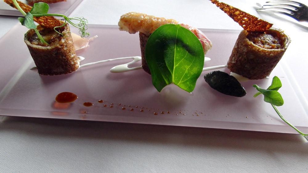 Maki de blé noir et langoustines, lait ribot wasabi et tartare d'algues