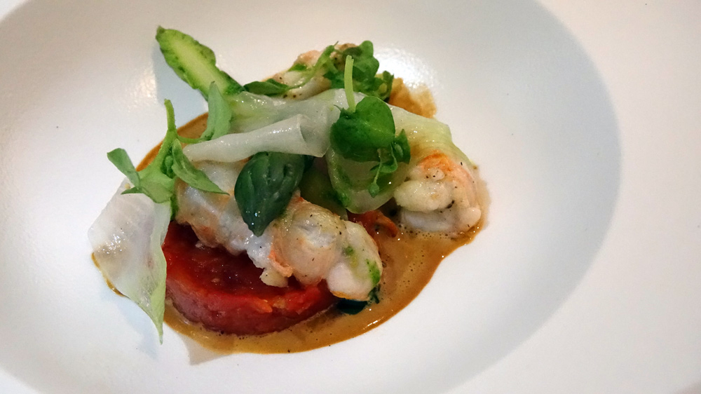 Langoustines, fumet de crustacés, asperges vertes, tomates confites et lard de Colonnata