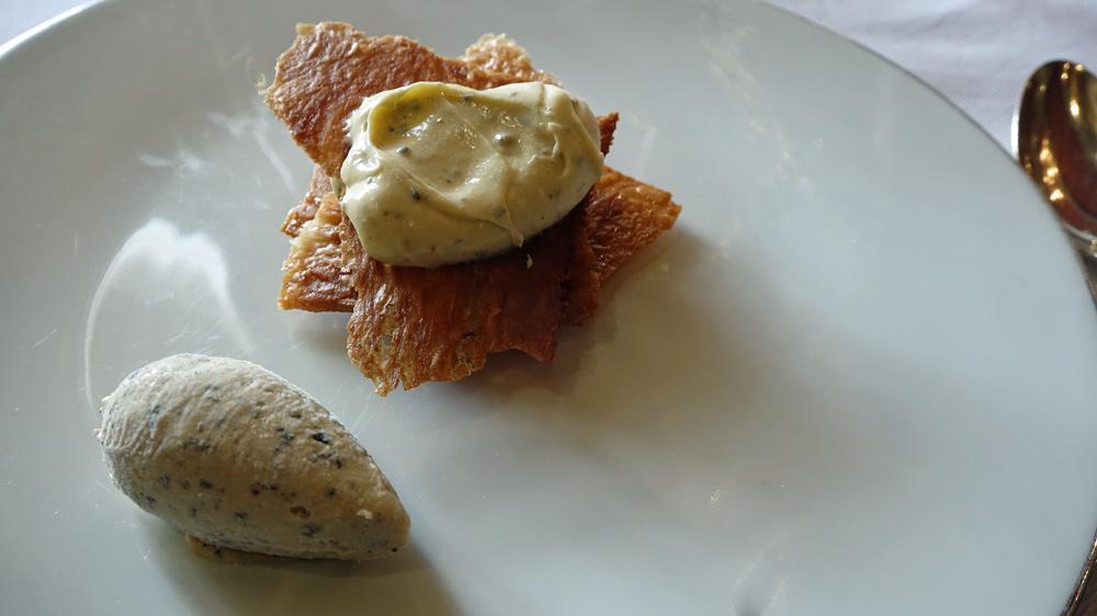 Feuilles à feuilles caramélisé aux truffes, crème onctueuse généreuse en truffe et marasquin