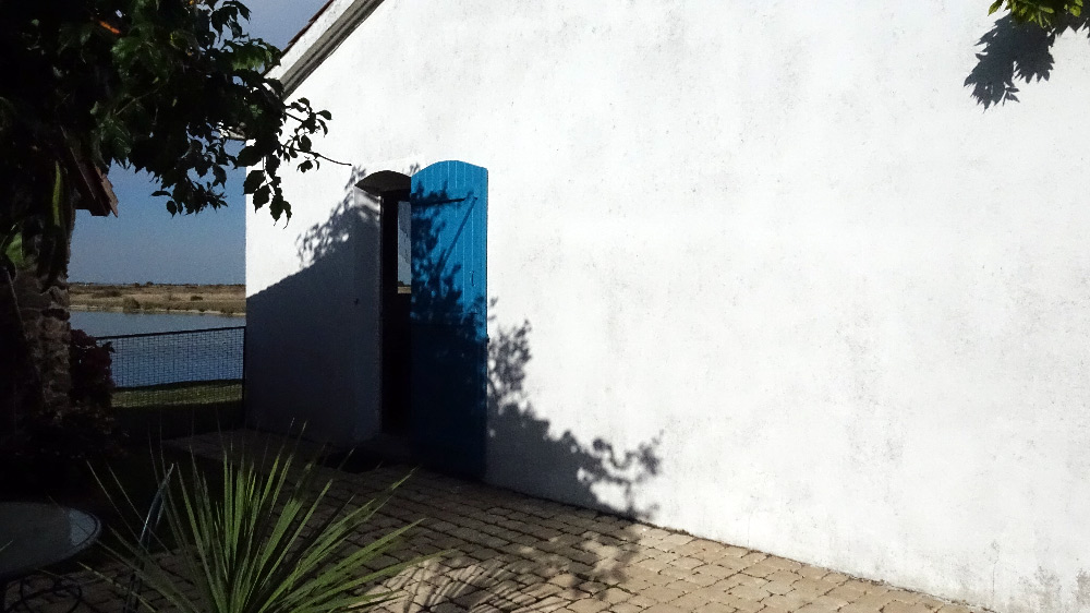 L'accès sur le côté à la chambre d'hôtes
