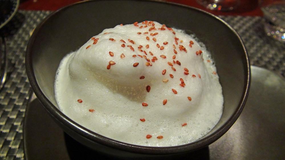 Potage d'umami avec capuccino de champignons