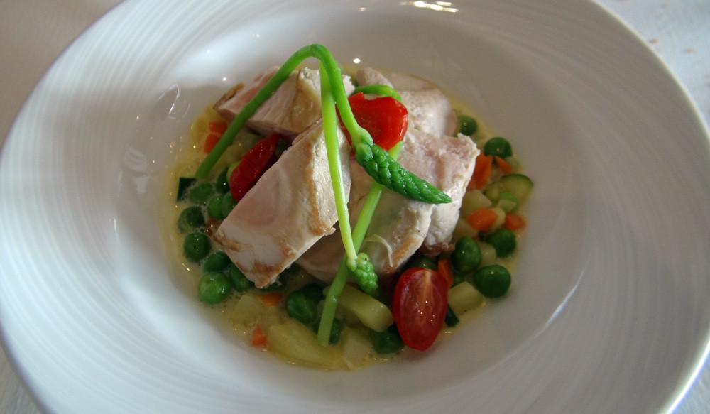 Suprême de pintade cuit à basse température, ragoût de petits pois frais et minestrone de légumes à la menthe
