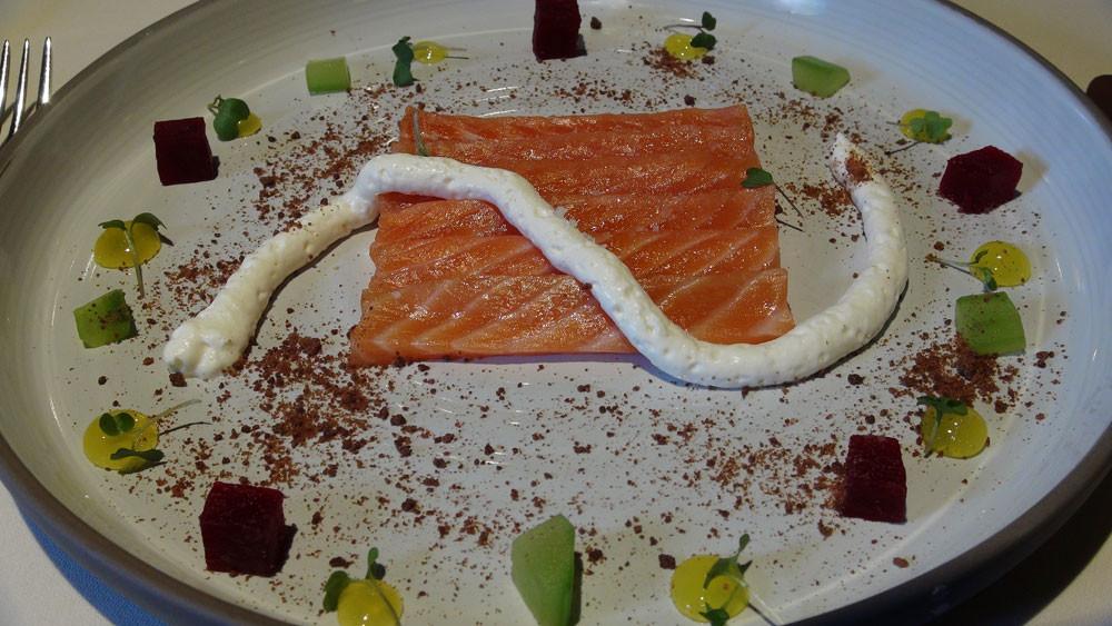 Crudo de saumon sauvage mariné aux écorces de citrons, crème de raifort, poudre de pumpernickel