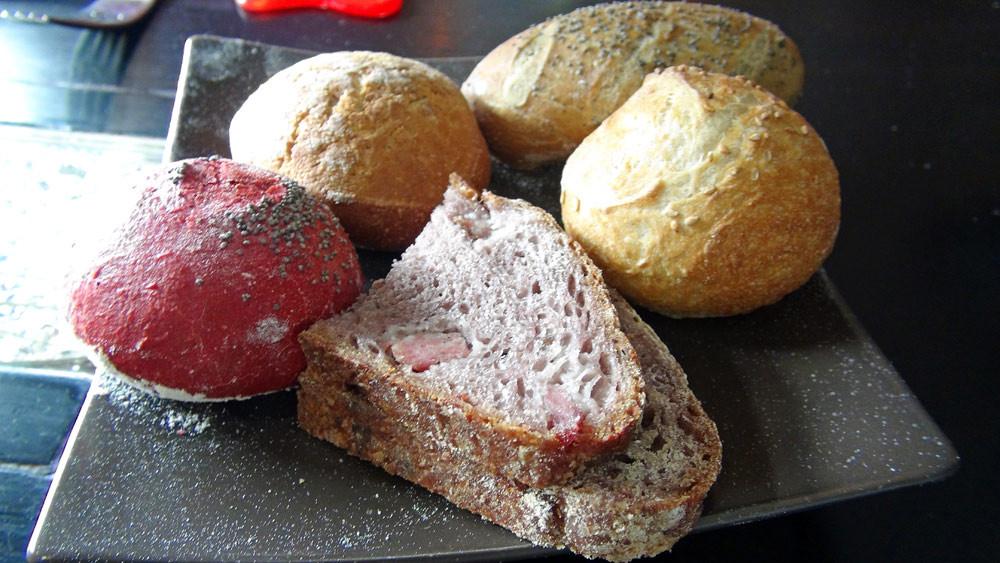 Les pains maison : Betterave rouge - Beurre de cacahuètes - Olive noire - Céréales - Saucisse de Morteau et Beaujolais
