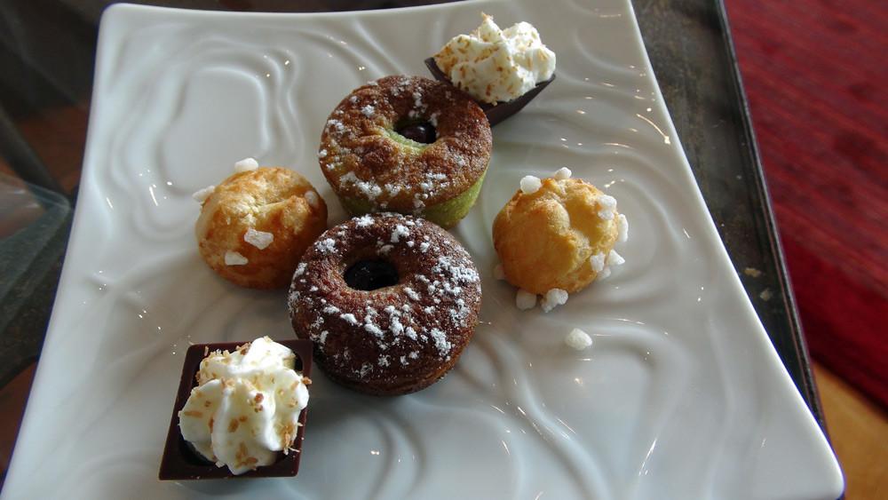 Mignardises : Chocolat et mousse de chocolat blanc - Chouquette au sucre - Clafoutis pistache et griottes